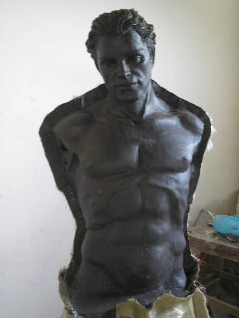Homem se esculpindo